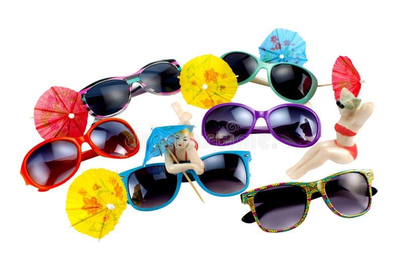 Stubarwni okulary przeciwsłoneczni, parasole i porcelan figurki na a, zdjęcie royalty free