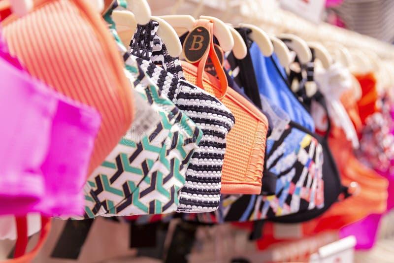 Stubarwni swimsuits na wieszaku w sklepie Zako?czenie Bubel zdjęcie stock