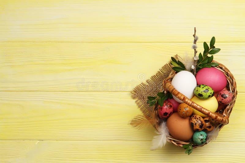 Stubarwni Wielkanocni jajka w koszu zdjęcie royalty free