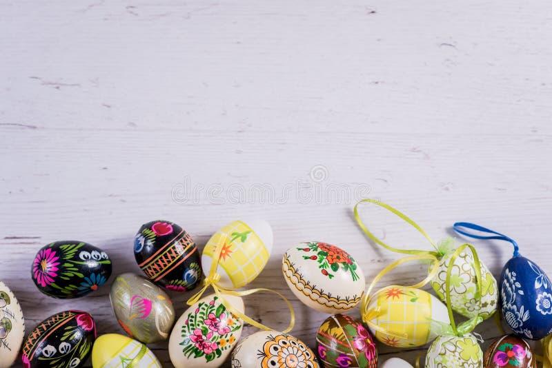 Stubarwni wiosna tulipany i Wielkanocni jajka z dekoracjami zdjęcia stock