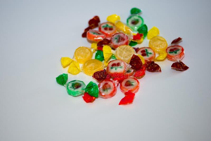 Stubarwny cukierek i lizaki na białym tle zdjęcia stock