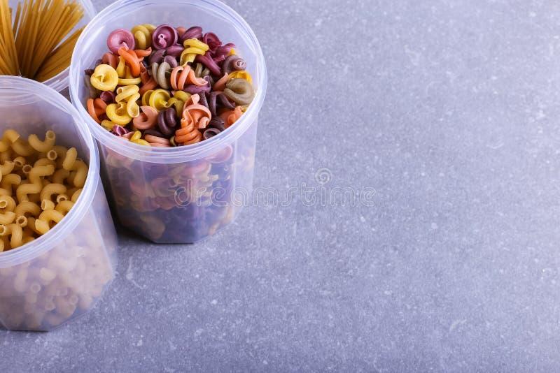 Stubarwny makaron z dodatkiem naturalnego jarzynowego barwidła W słoju na betonowym stole Odgórny widok, kopii przestrzeń zdjęcie stock