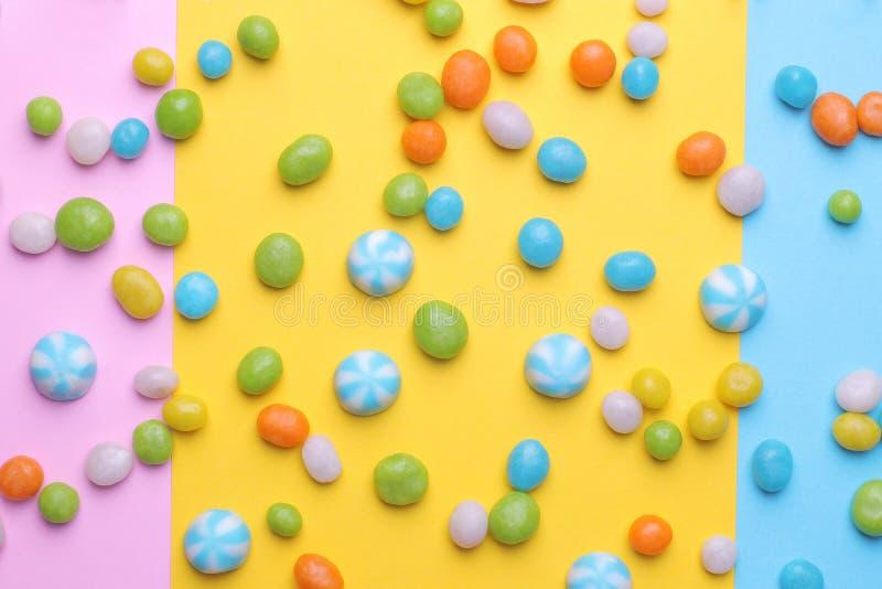 Stubarwny round cukierek na kolorowych jaskrawych tło Odgórny widok zdjęcia stock