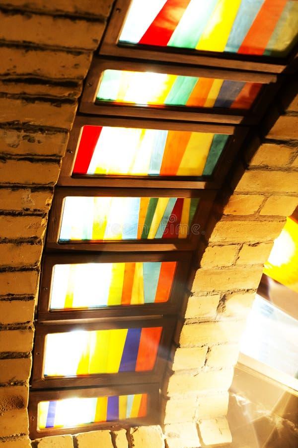 Stubarwny witrażu okno w słońcu obrazy stock