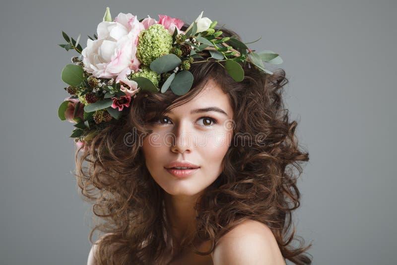 Stubio-Schönheitsporträt der netten jungen Frau mit Blumenkrone stockfotografie