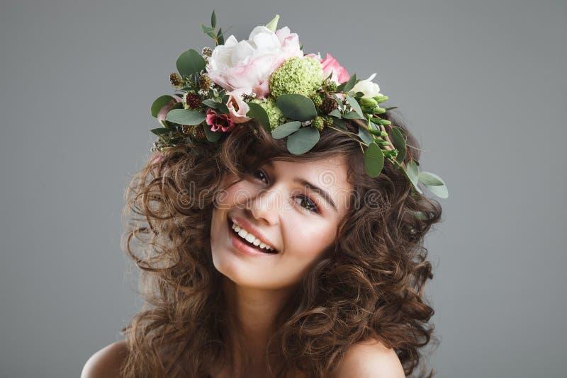 Stubio-Schönheitsporträt der netten jungen Frau mit Blumenkrone stockbilder