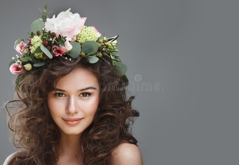 Stubio-Schönheitsporträt der netten jungen Frau mit Blumenkrone lizenzfreies stockfoto