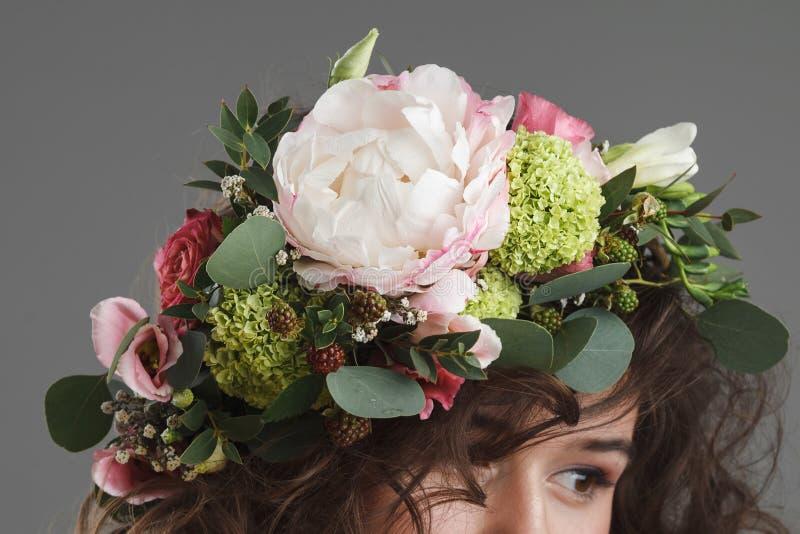 Stubio skönhetstående av den gulliga unga kvinnan med blommakronan royaltyfria foton