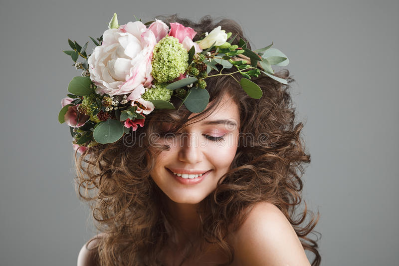Stubio skönhetstående av den gulliga unga kvinnan med blommakronan arkivfoton