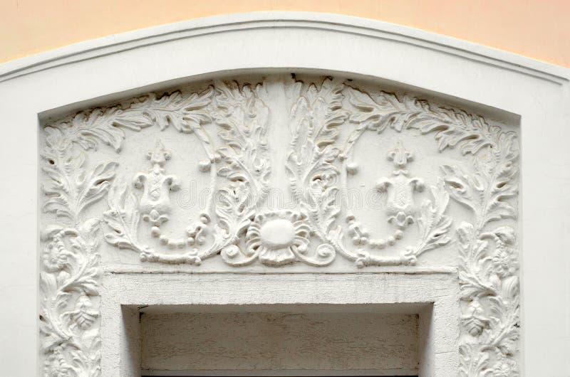 Stuc de gypse de couleur blanche au-dessus des portes images stock