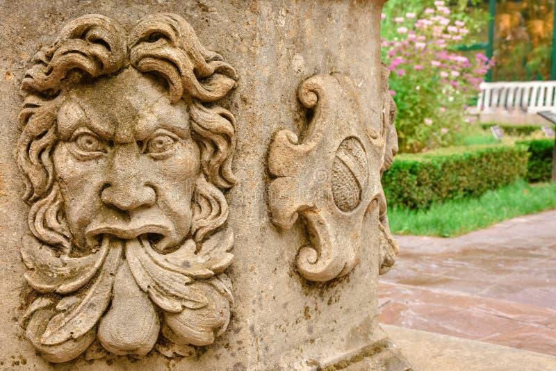 Stuc en gros plan sur le puits, visage en pierre images stock