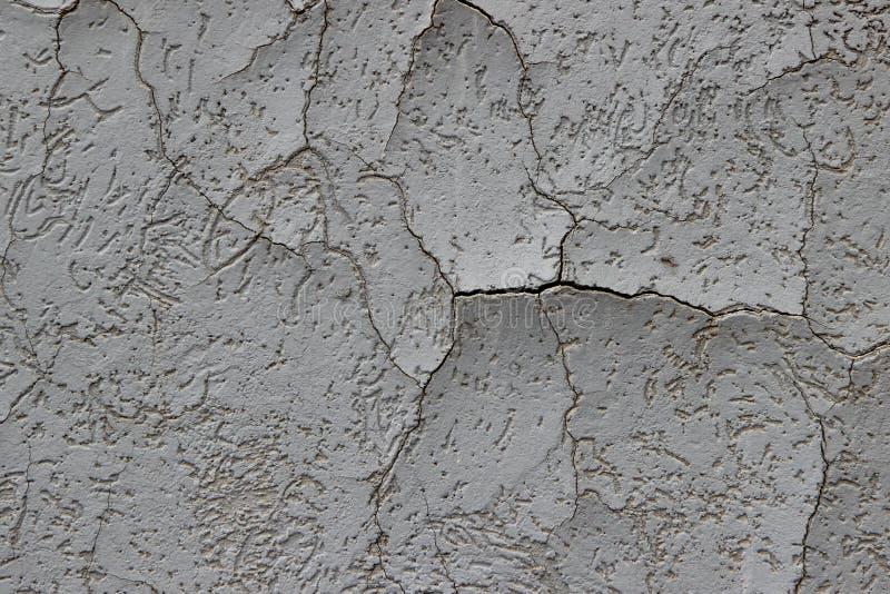 Stuc fortement fendu qui a commencé à delaminate de son substrat photo libre de droits