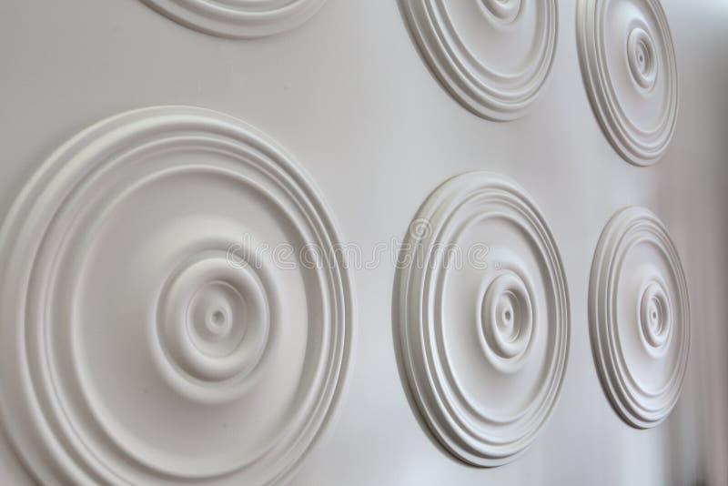 Stucco bianco rotondo sulla parete fotografie stock