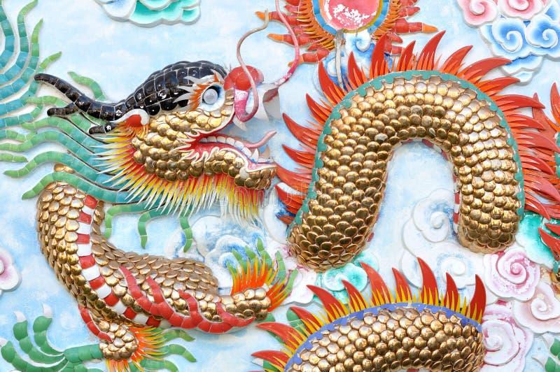 Stucco del drago sulla parete fotografia stock libera da diritti