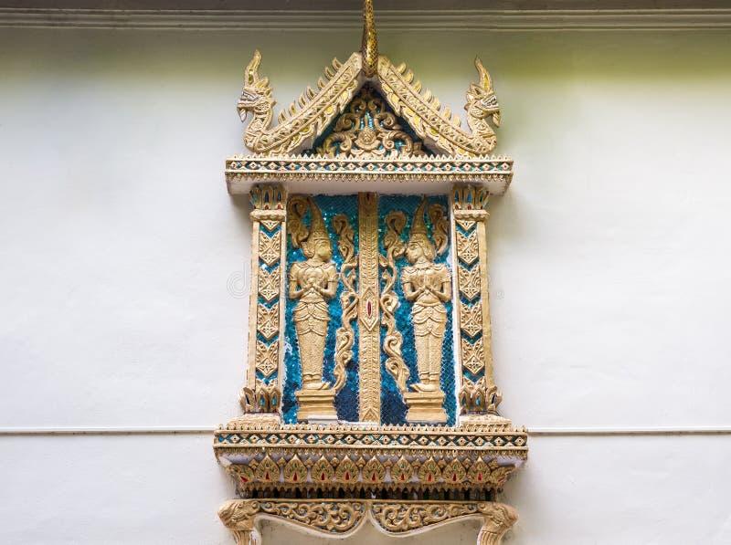Stucco dorato di angelo nello stile tailandese tradizionale immagine stock