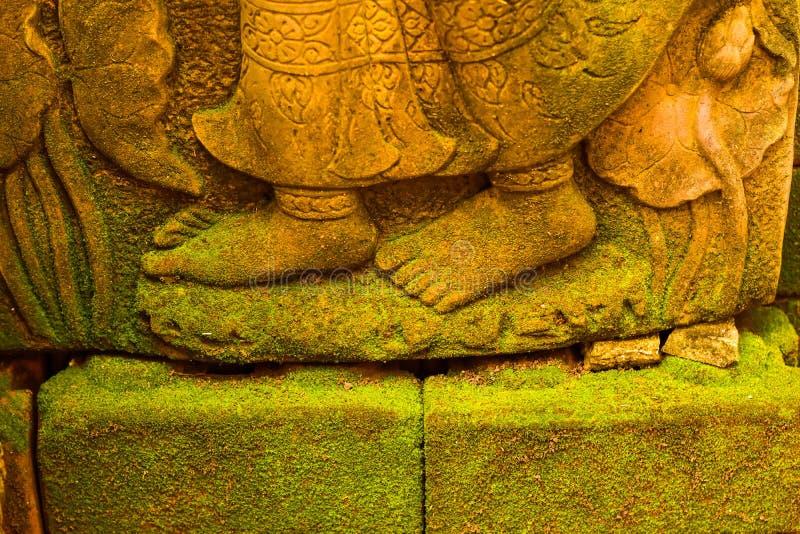 Stucco la déesse de Bouddha de visage sacrée avec de la mousse verte images stock
