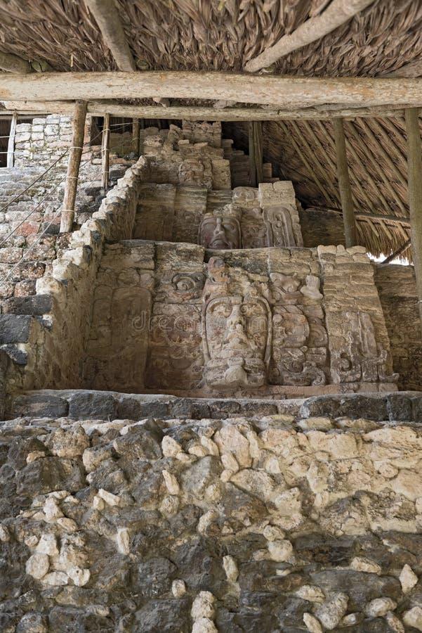 Stucco las figuras en el templo de máscaras en Kohunlich, Quintana Roo, México fotografía de archivo