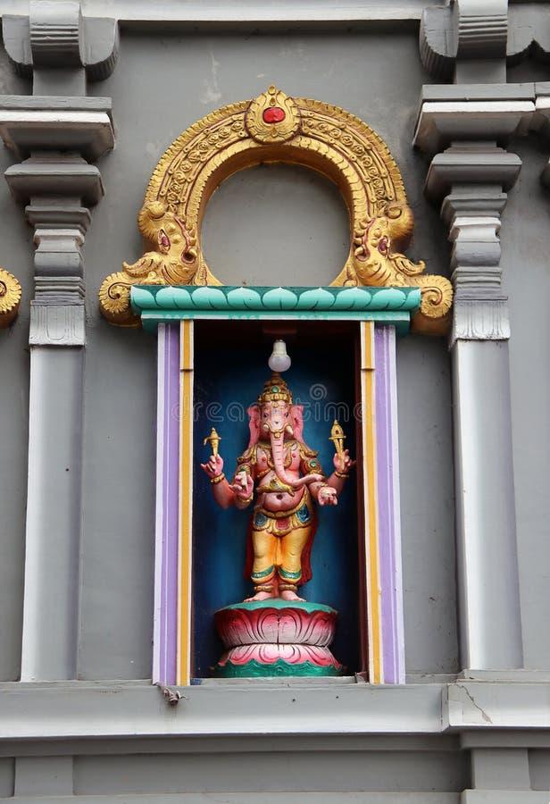 Stucco variopinto Ganesha sull'altare della curvatura al tempio di Hinduismo e di Brahmanism Il signore di successo immagini stock