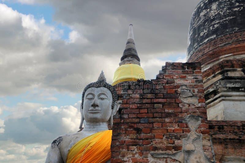 Stuck-Buddha-Statue mit Ruinenziegelsteinen auf Hintergrund des blauen Himmels und der Wolke lizenzfreie stockbilder