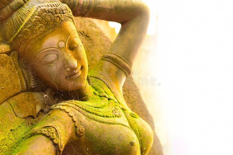 Stuck-Göttin heilig mit grünem Moos lizenzfreie stockfotos