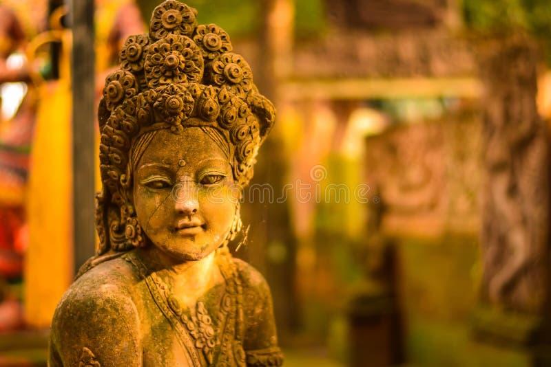 Stuck-Göttin heilig mit grünem Moos stockbilder