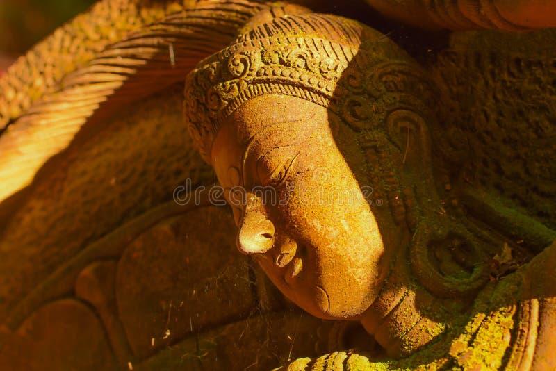 Stuck-Göttin heilig mit grünem Moos lizenzfreies stockfoto