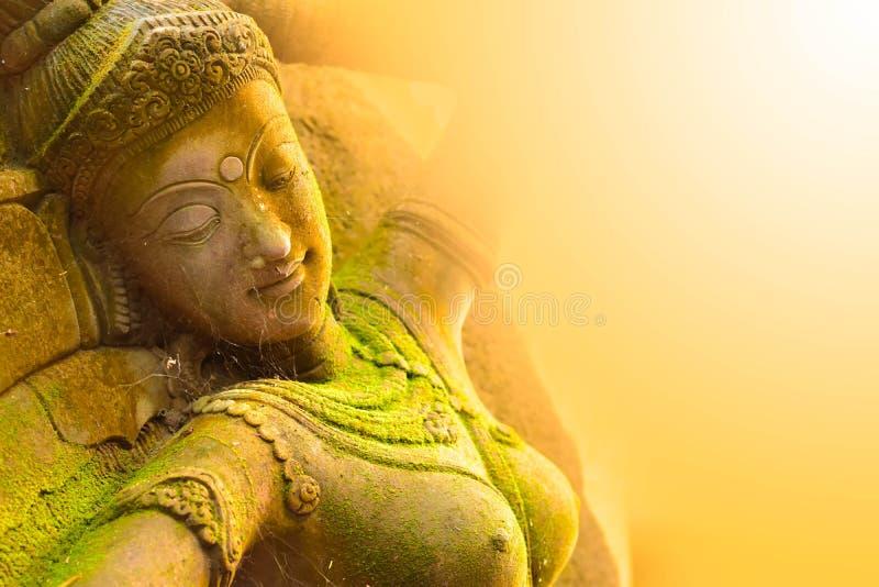 Stuck-Gesichts-Göttin heilig mit grünem Moos lizenzfreies stockbild