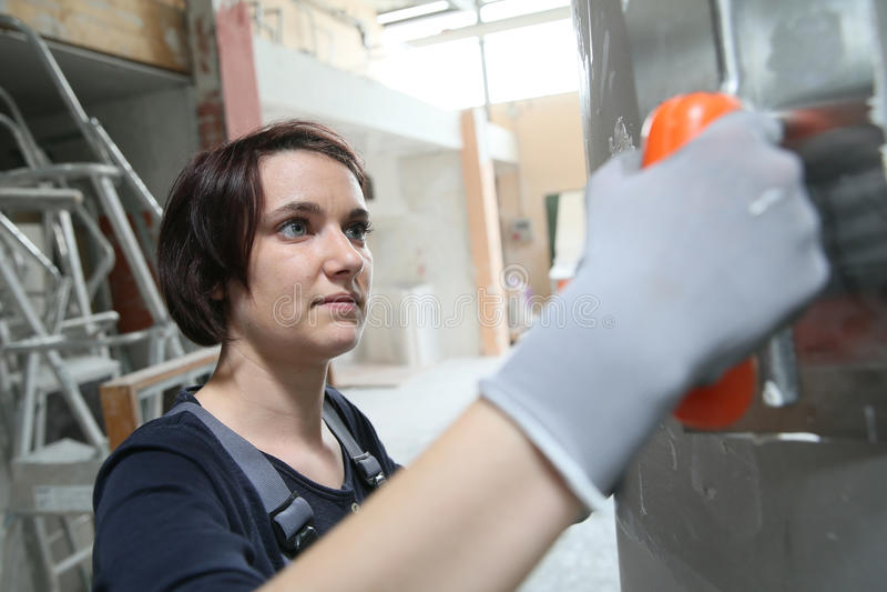 Stuckatörarbete för ung kvinna royaltyfria bilder