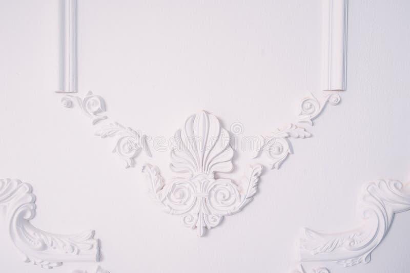 Stuckaturbeståndsdel av arkitektonisk garnering på väggen royaltyfri bild