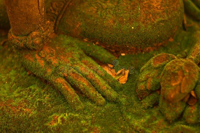 Stuckaturgudinna som är sakral med grön mossa royaltyfri fotografi