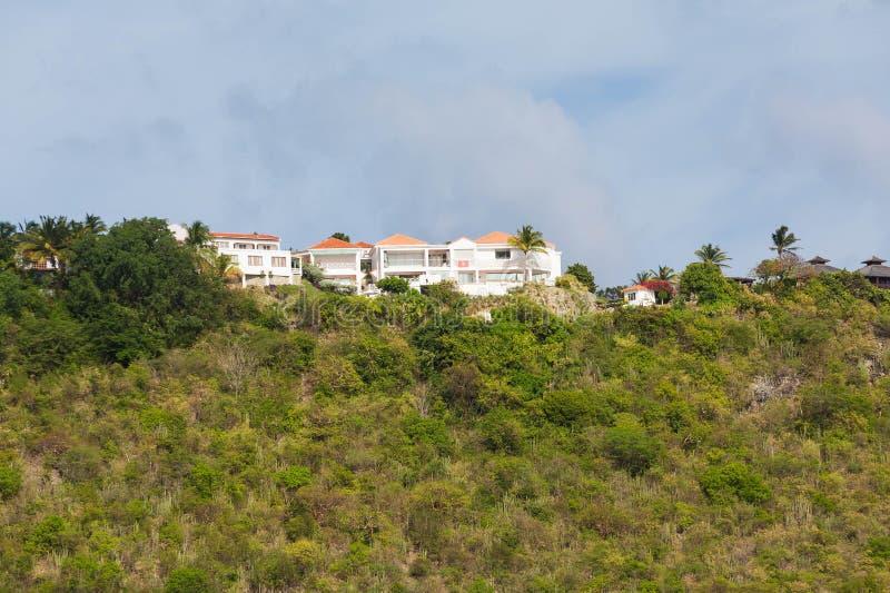 Stuckaturherrgård på den gröna tropiska kullen royaltyfri bild