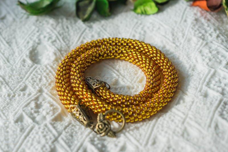 Stucken halsband från genomskinliga gula pärlor royaltyfri foto