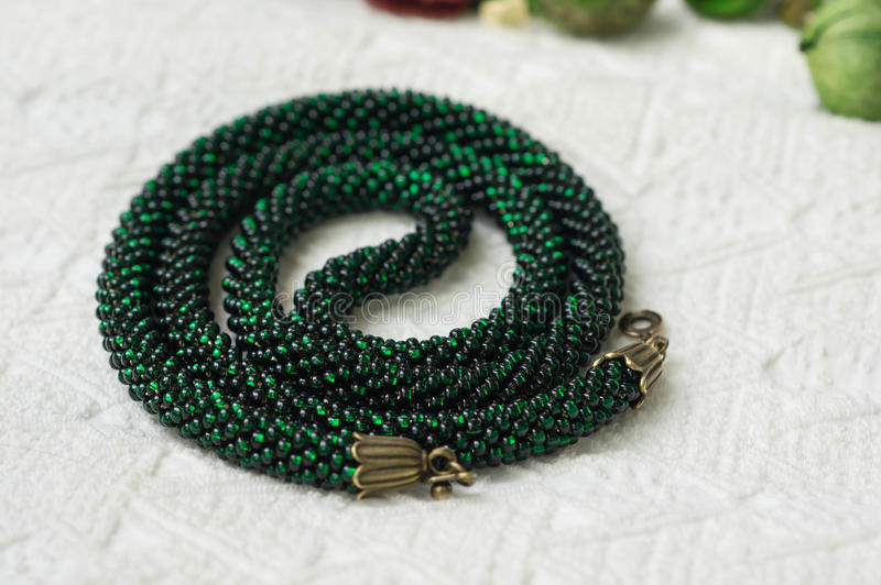 Stucken halsband från gröna pärlor royaltyfria foton