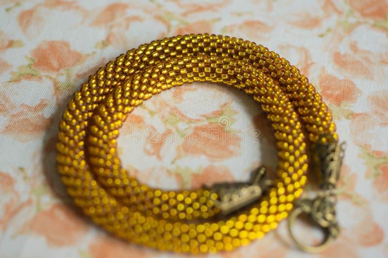 Stucken halsband från gula pärlor royaltyfri foto