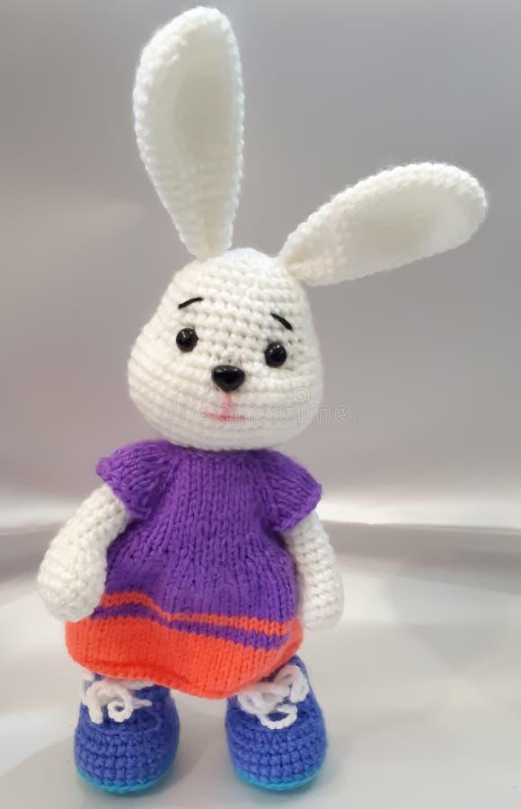 Stucken hare, handwork, vita l?nga ?ron, kl?nning royaltyfri foto