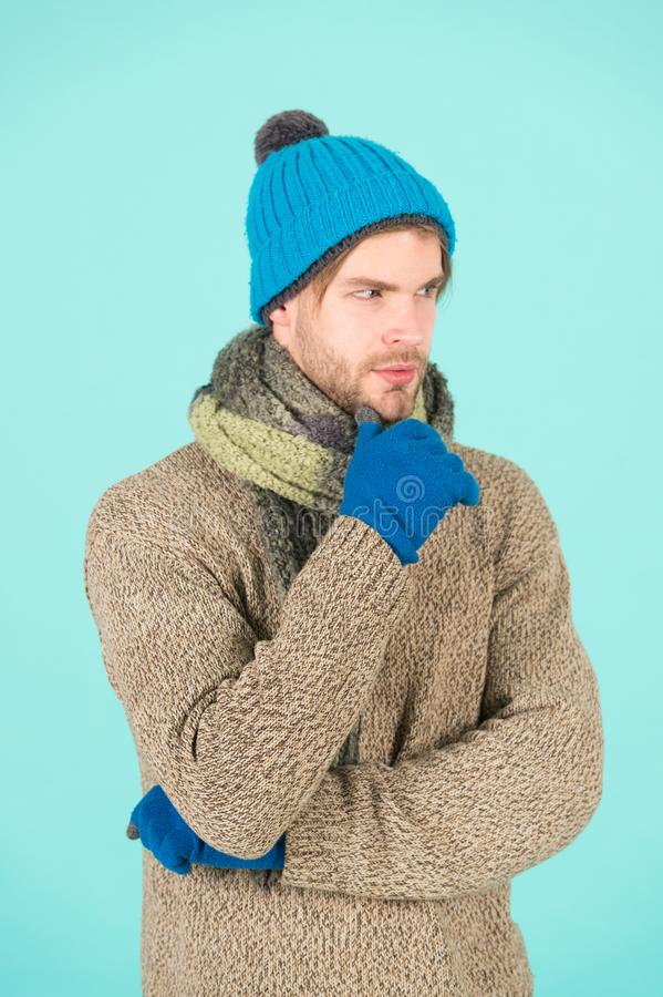 Stucken kläder för vinter mode Man stuckit mode för hatthandske- och halsdukvinter Stucken åtföljande turkos för mankläder fotografering för bildbyråer