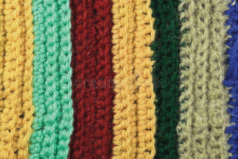 Stucken naturlig textur för fin för ullplagg färgrik bakgrund för band, guling, beiga, bordeaux, blått, grön halsdukmakrocloseup arkivfoton