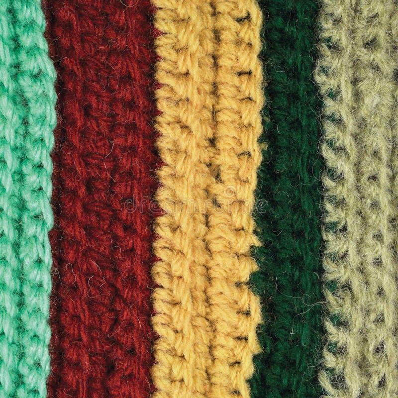 Stucken naturlig textur för fin för ullplagg färgrik bakgrund för band, guling, beiga, bordeaux, blått, grön halsdukmakrocloseup fotografering för bildbyråer
