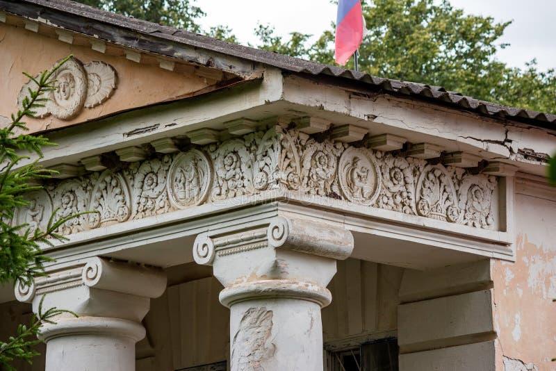 Stuckformteil bezüglich der Mythen von altem Griechenland auf dem Flügel des Avchurino-Zustandes von 18-19 Jahrhunderten nahe Kal lizenzfreie stockbilder