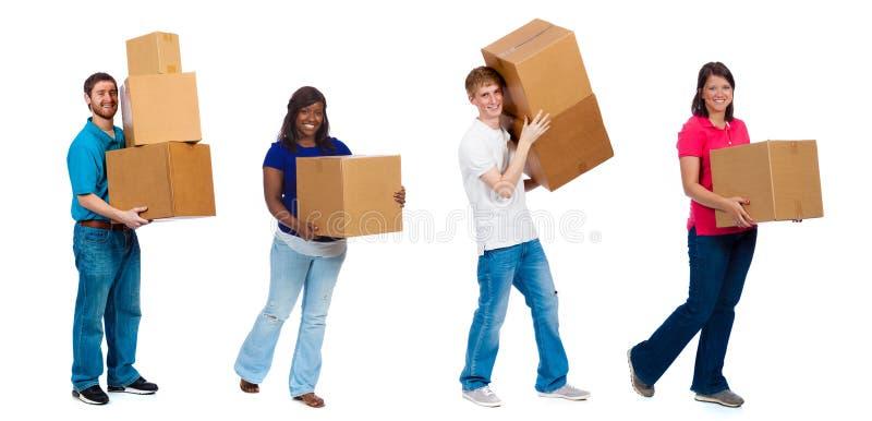 Studenci collegu lub przyjaciele rusza się pudełka zdjęcie stock