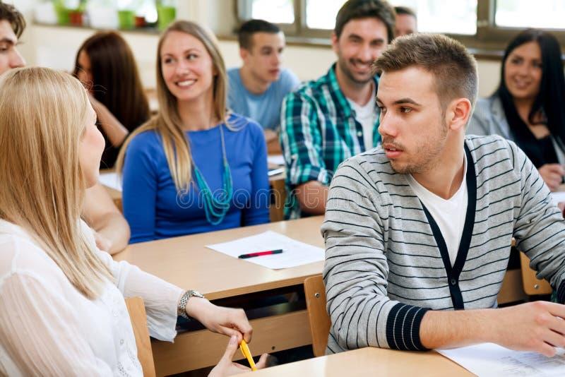 Studenci collegu opowiada podczas klasy obrazy royalty free