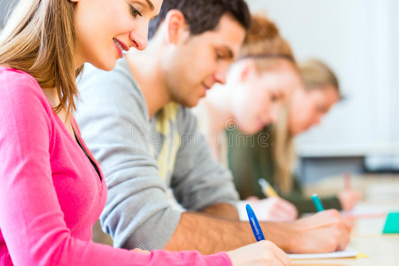 Studenci collegu pisze tescie lub egzaminie fotografia royalty free