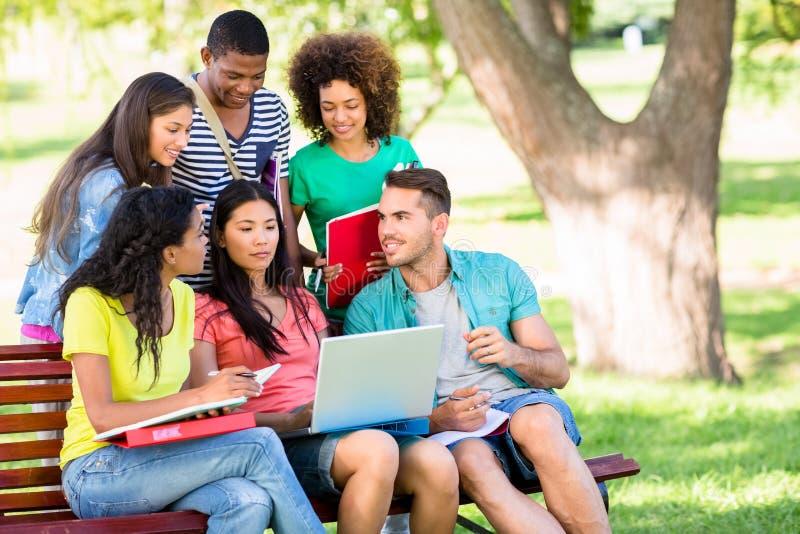 Studenci collegu studiuje przy kampusem fotografia stock