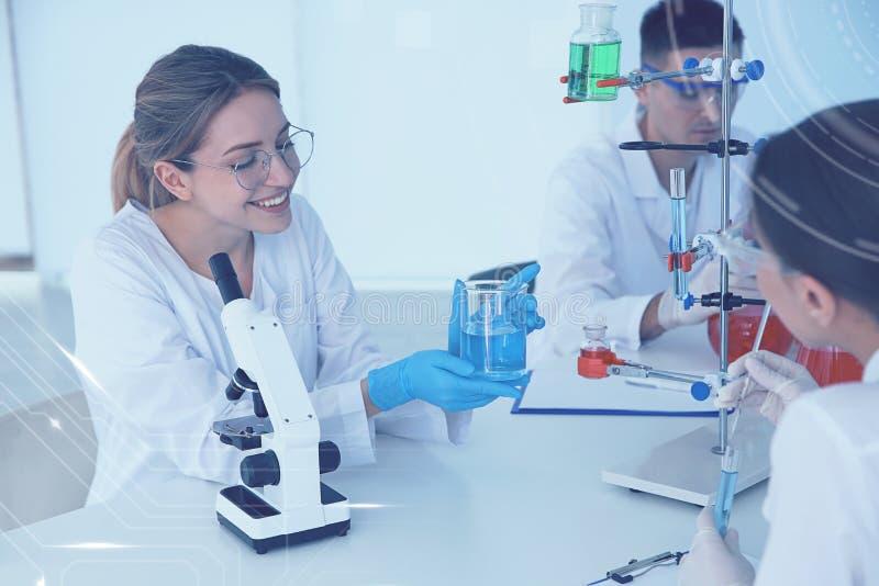 Studenci medycyni pracuje w naukowym laboratorium obraz royalty free