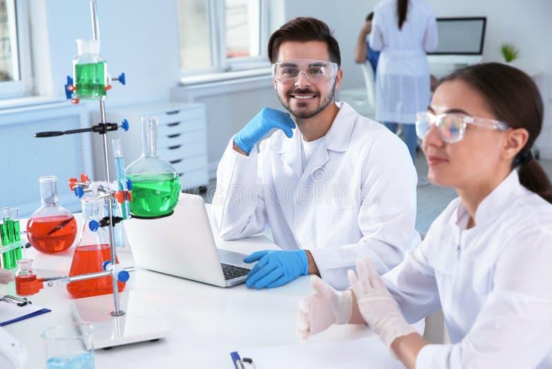 Studenci medycyni pracuje w naukowym laboratorium zdjęcia royalty free
