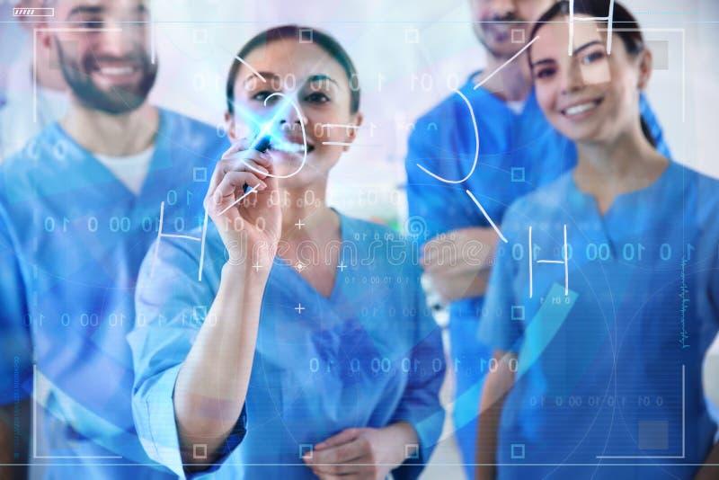Studenci medycyni pracuje z wirtualnym ekranem zdjęcia stock