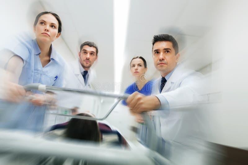 Studenci medycyny i pacjent na szpitalnym nosze na kółkach przy nagłym wypadkiem zdjęcia royalty free