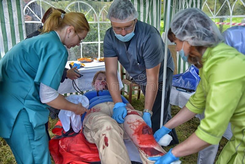 Studenci medycyny zapewniają pierwszą pomoc ofiara Emergencies ministerstwa ćwiczenia obrazy stock
