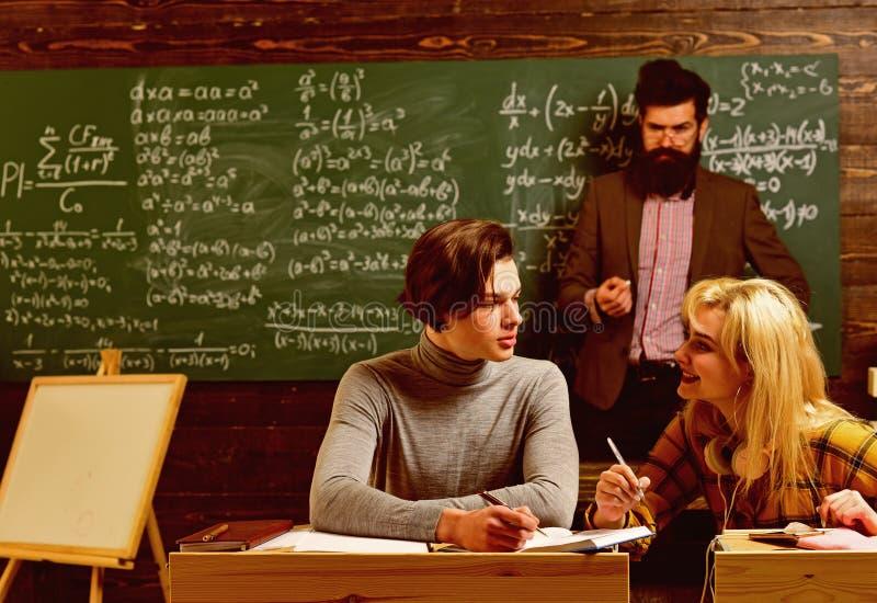 Studenci uniwersytetu robi grupowej nauce Nastoletni ?e?skiego ucznia narz?dzanie dla egzamin?w przy szko?y wy?sza sala lekcyjn?  zdjęcie stock
