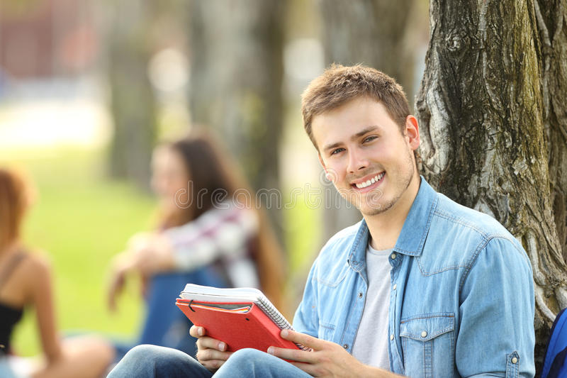 Studencka chłopiec pozuje patrzejący ciebie obraz royalty free
